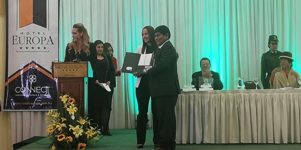 Viceministra de Turismo entrega el certificado al Alcalde de Rurrenabaque