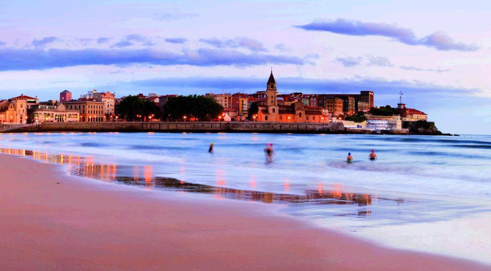 Playa San Lorenzo Gijón destino sostenible