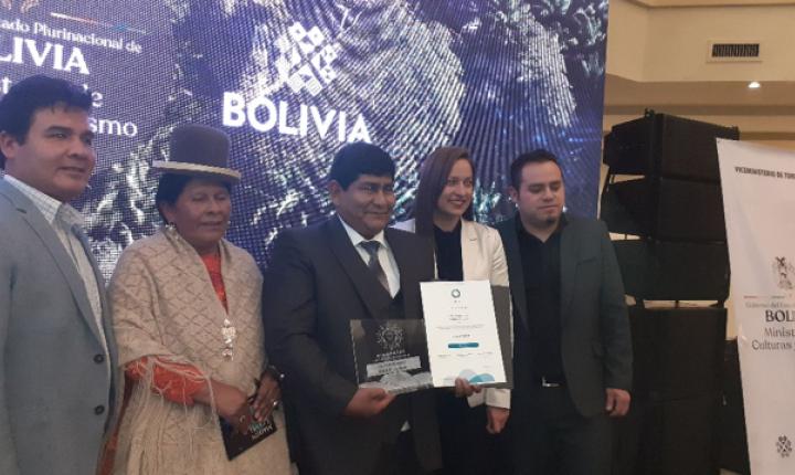 Autoridades Nacionales con los Alcaldes de Rurrenabaque y Torotoro recibiendo el certificado Biosphere